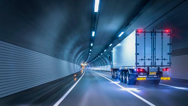 Camión de carga en túnel